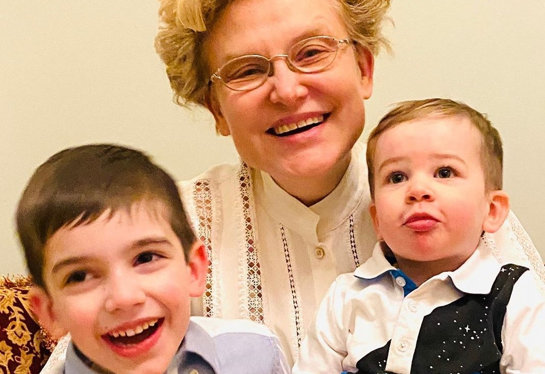 Елена Малышева показала новорожденную внучку