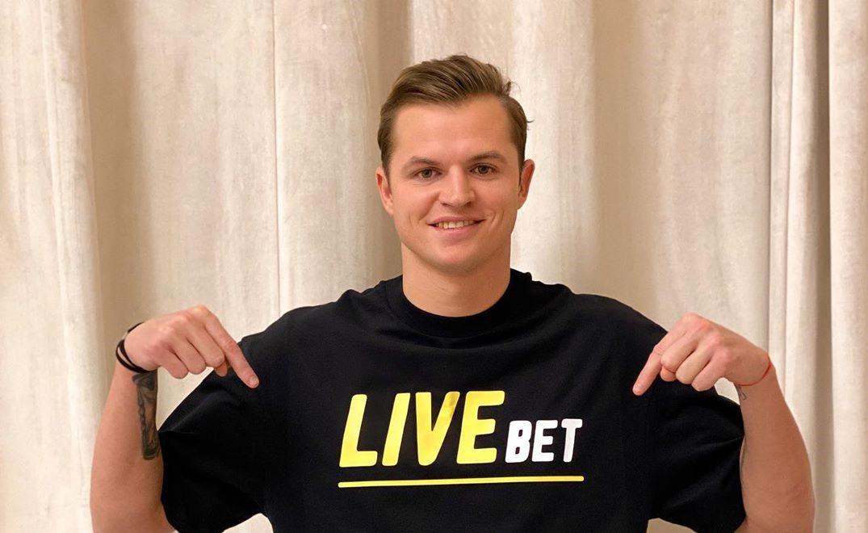 Футболист Дмитрий Тарасов радуется, что стал меньше видеть свою жену