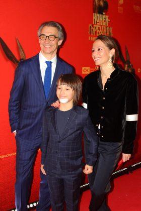 Продюсер фильма Антон Златопольский с супругой Дарьей и сыном Львом.